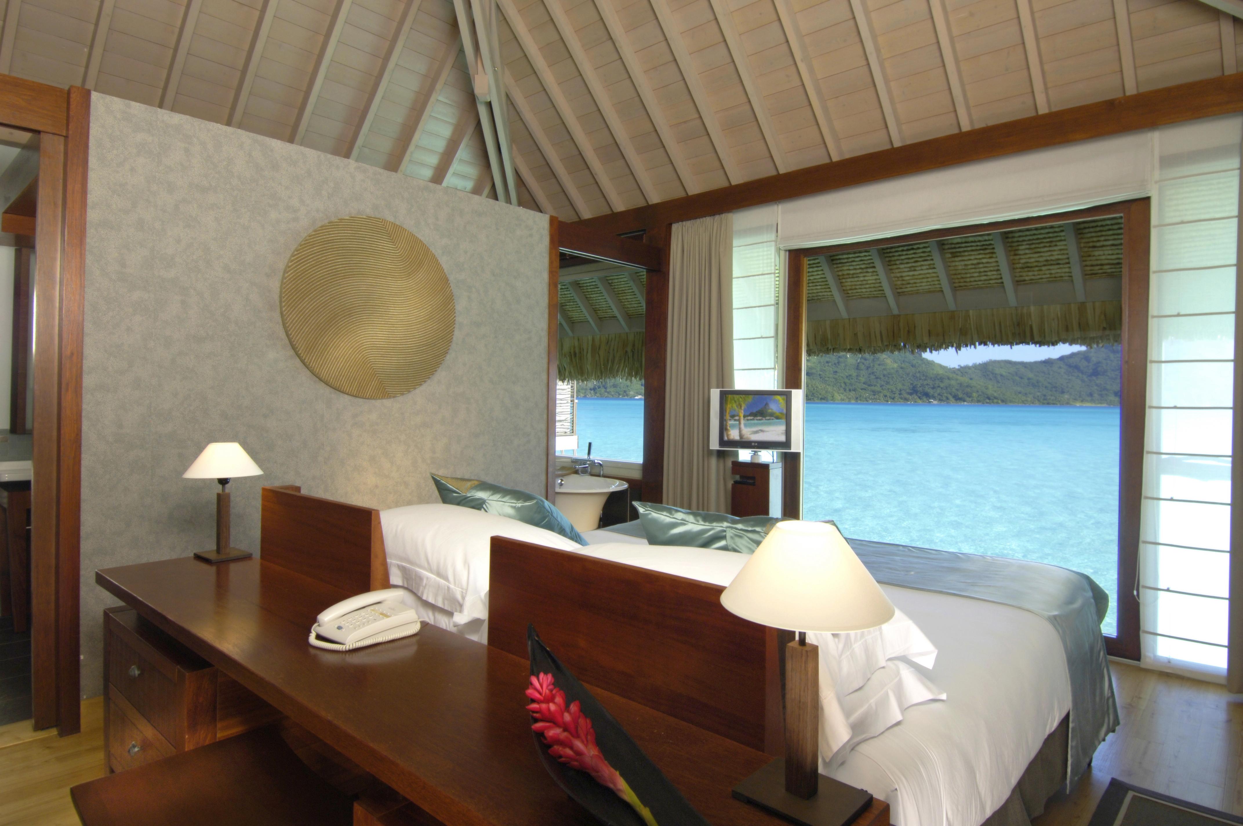 https://tahititourisme.com.au/wp-content/uploads/2017/10/Intercont-Thalasso-Bob-Overwater-villas-bedroom.jpg